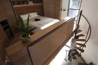Dormitor cu pat matrimonial la etaj tip loft