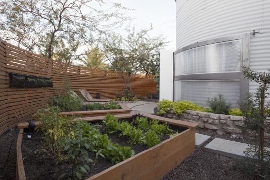 Idee amenajare curte exterioara cu paturi de ierburi aromatice