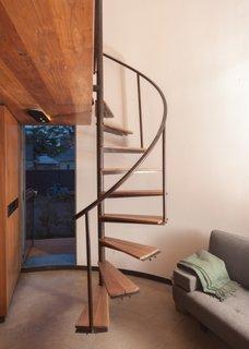 Scara interioara in forma de spirala cu trepte goale