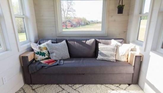 Canapea in casa pe roti