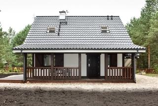 Casa de vacanta din lemn cu parter si pod si veranda