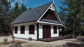 Casa de vacanta din lemn si acoperis din tabla