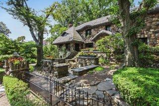Casa construita din piatra bruta neprelucrata