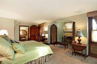 Dormitor matrimonial cu nisa cu semineu