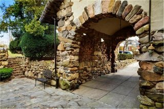 Poarta in curte cu arcada groasa din piatra