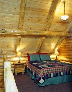 Dormitor simplu la mansarda din lemn