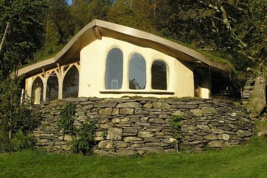 Cabana din chirpici cu fundatie inalta din piatra