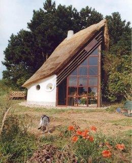 Casa din chirpici cu acoperis intr-o singura apa
