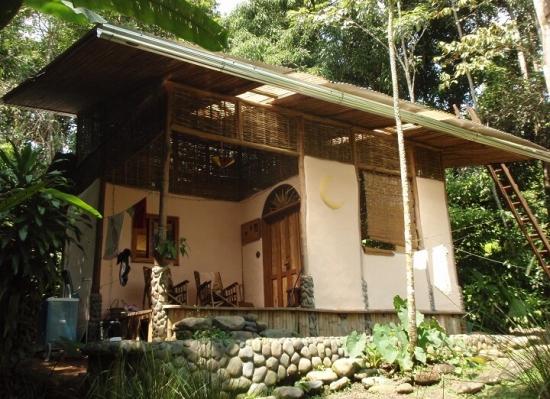 Casa din chirpici cu terasa pe acoperis