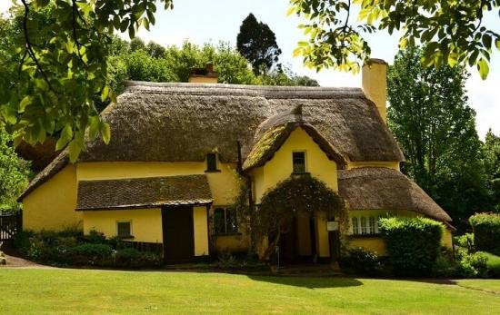 Casa din cob cu acoperis din stuf