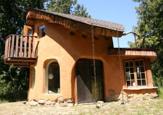 Casa din lut cu etaj si balcon