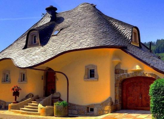 Casa din lut cu fundatie de piatra