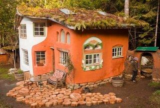 Casa din lut si lemn cu fatada in doua culori