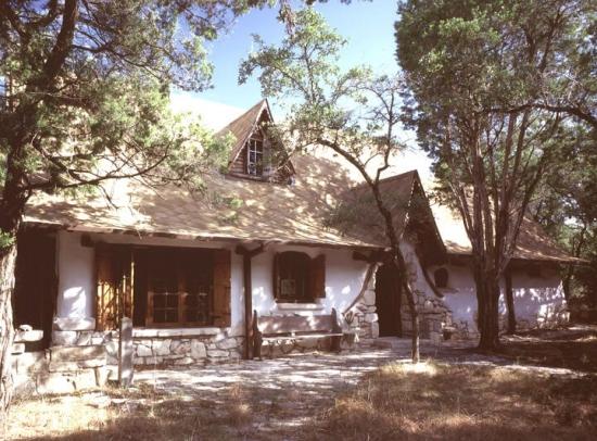 Casa din paie si lut cost total 2000 de dolari