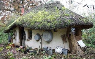 Casa ecologica construita cu 200 de euro