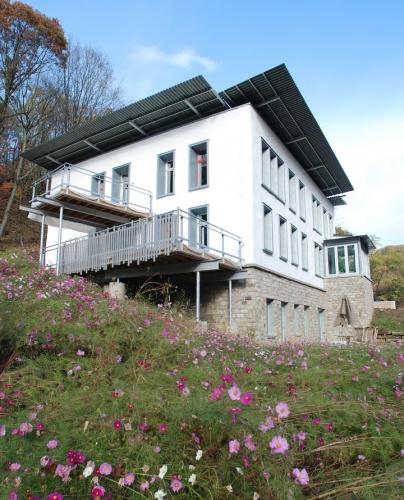 Casa moderna cu pereti din cob