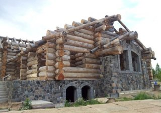 Cabana cu piatra si etaj din lemn rotund calibrat