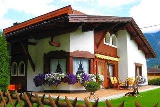 Casa cu etaj si decoratiuni ferestre din lemn