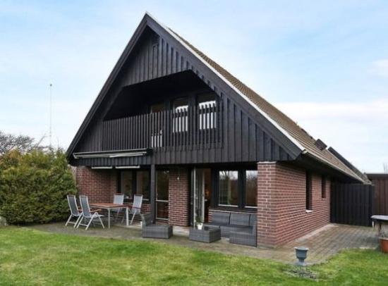 Casa cu parter din caramida si etaj din lemn vopsit