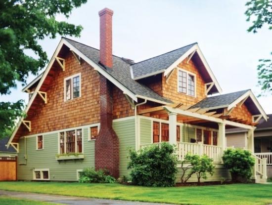 Casa cu parter placat cu lambriu din lemn si etaj de lemn placat cu piatra