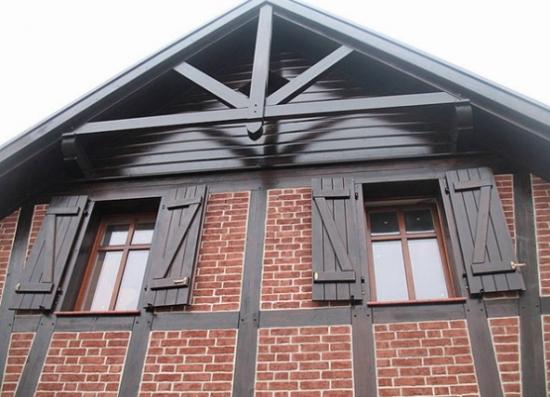 Casa cu structuri din lemn pe exterior