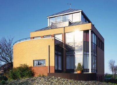 Casa moderna cu fatada din caramida si sticla