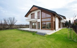 Casa cu fatada in doua culori alb si lemn