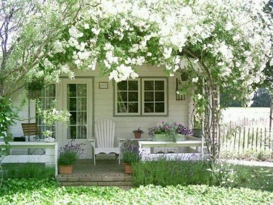 Bolta cu flori albe la intrarea in casa