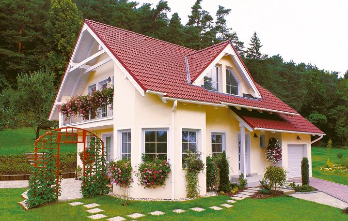 Casa cu balcoane si ferestre cu muscate curgatoare