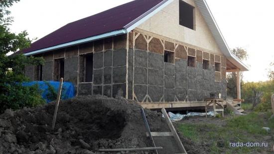 Vedere casa cu primul strat de tencuiala de lut