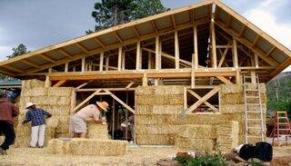 Casa din baloti de paie cu structura de lemn