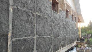 Casa din baloti de paie presate tencuita cu argila