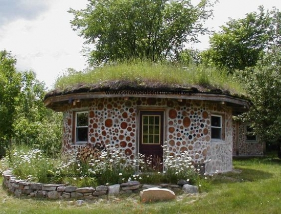 Casuta rotunda construita ecologic