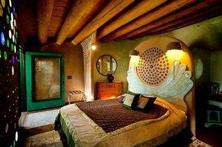 Dormitor cu perete zidit in tehnica cordwoord