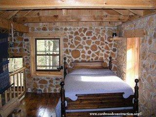 Dormitor simplu de cabana la munte