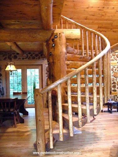 Scara interioara cu trepte din busteni