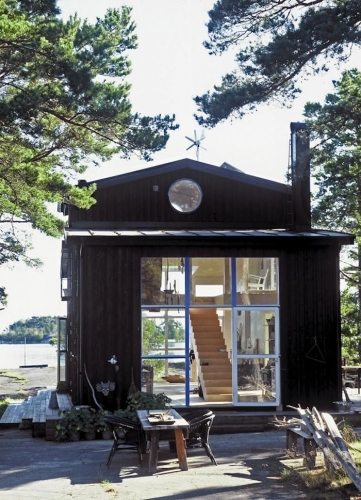 Cabana din lemn cu interior in stil loft cu etaj suspendat