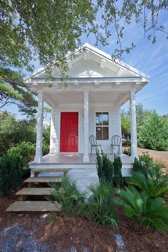Casa alba cu usa de la intrare rosie