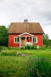 Casa cu fatada rosie si acoperis din tigla