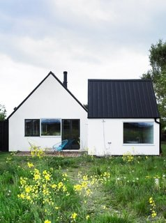 Casa cu un nivel cu fatada alba si acoperis gri inchis