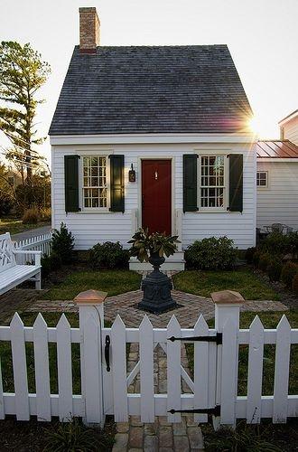 Casa de vacanta pe structura din lemn alba cu obloane verde inchis