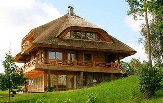 Casa din lemn cu acoperis ecologic din stuf