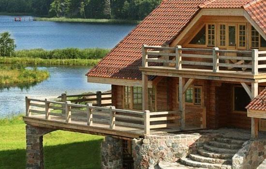 Casa din lemn ridicata pe platforma din piatra