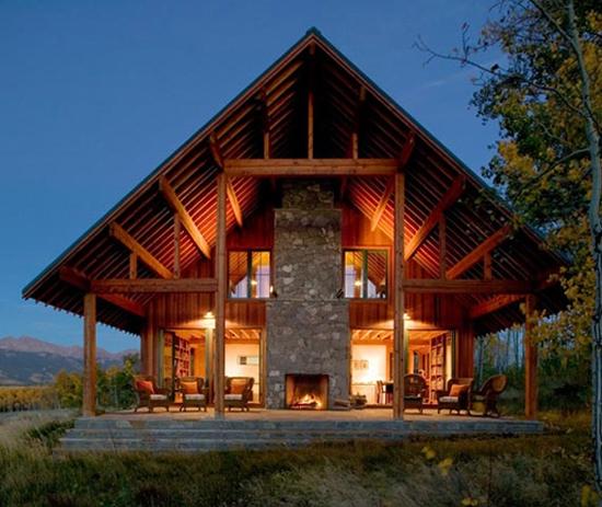 Casa structura lemn cu acoperis in doua ape cu panta mare