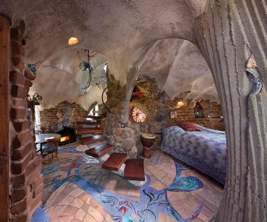 Interior casa ecologica cu pereti arcada