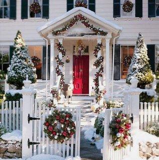 Casa alba cu decoratiuni din brad