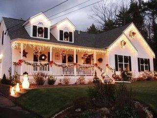 Casa cu veranda impodobita pentru sarbatori de iarna