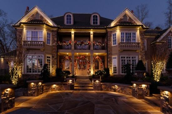 Casa impodobita frumos si simplu pentru Craciun