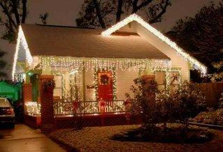Casa mica decorata cu lumini