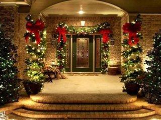 Intrare casa impodobita cu ghirlande luminoase